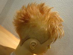 堀口恭司戦時のヘアスタイルを作っていきます。 横と後ろは刈り上げなのですが 後ろは後頭突起部へ向けて、ややえぐる様な刈り上げ。